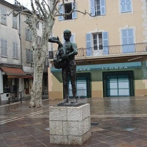 """""""Человек с ягненком"""" г. Валлорис, юг Франции"""