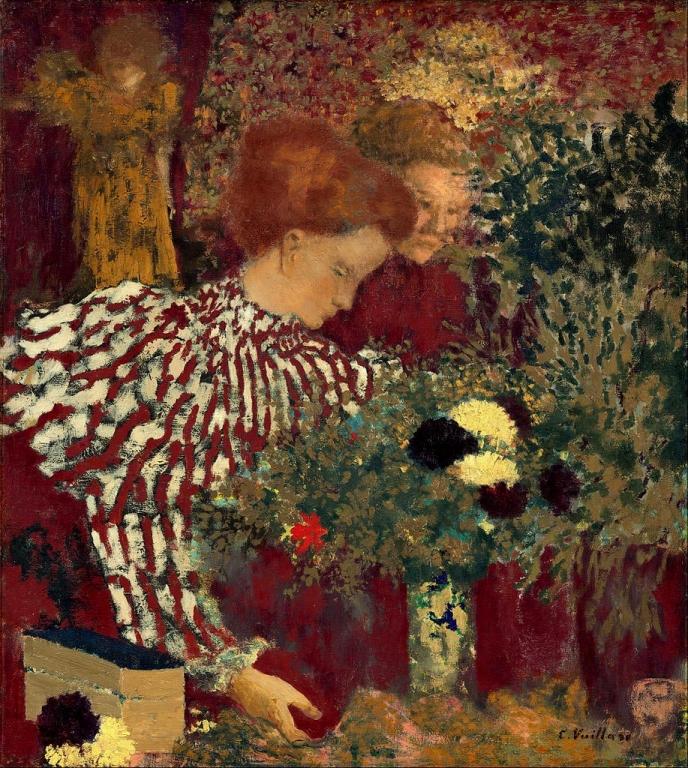 Женщина в полосатом платье