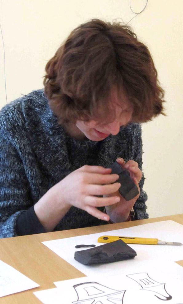 Наталья работает с формой из пластилина