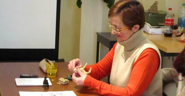 Участник курса Елена работает с пластилином
